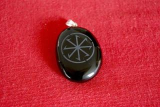 Amulett Anhänger Sonnenrad auf Onyx