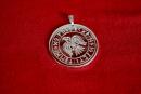 Amulett Anhänger Rabe im Runenkreis, Messing versilbert