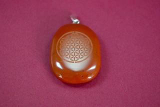 Amulett Anhänger Blume des Lebens auf rotem Jaspis