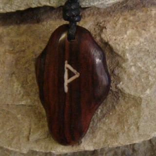 Amulett Anhänger Rune Wunjo, Rosenholz
