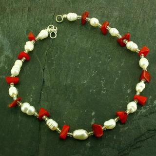 Roter Stein und Perle